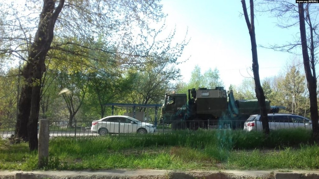 Десятки БТРов и «Градов»: военная техника Путина в Крыму попала на фото
