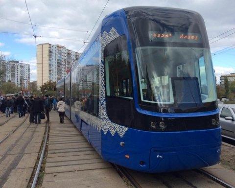 Прыгнул с моста под трамвай: опубликовано фото и видео с места жуткого ЧП в Киеве