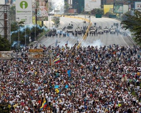 Революция в Венесуэле: на видео показали, как провластные силовики атаковали протестующих