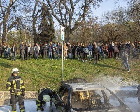 У центрі Києва спалили дві автівки: опубліковано фото та відео