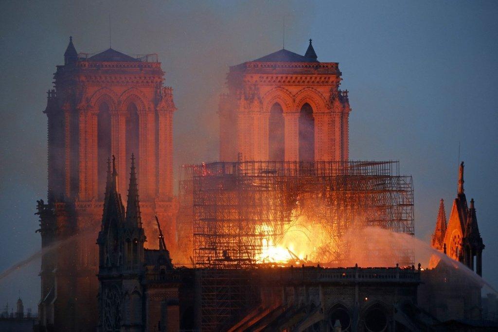 Пожежа у Нотр-Дам де Парі: мережу обурила скандальна карикатура Charlie Hebdo