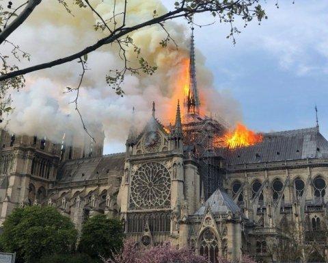 Пожежу у Соборі Паризької Богоматері загасили: фото, відео та подробиці