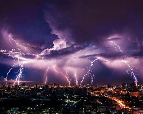 Сильные дожди, шквалы и не только: синоптики предупредили украинцев об опасности