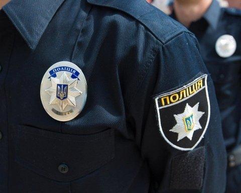 В центрі Києва напали на поліцейського та викрали його авто: фото і відео з місця НП