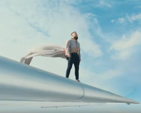 Monatik спел на крыле самолета в новом клипе: опубликовано видео