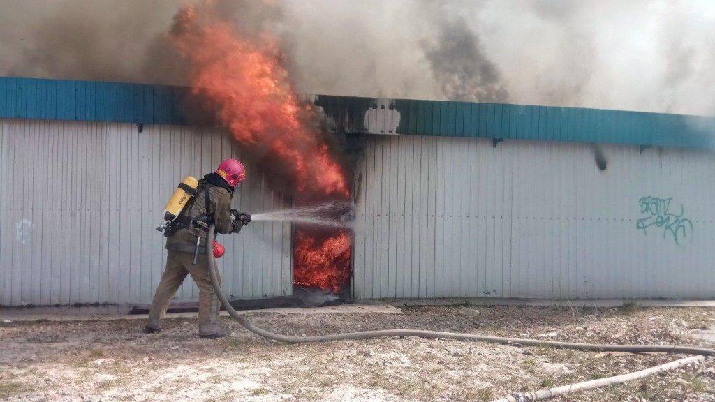 В Киеве вспыхнул серьезный пожар: опубликованы фото и видео с места ЧП