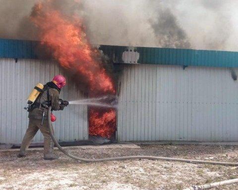 У Києві спалахнула серйозна пожежа: опубліковано фото і відео з місця НП