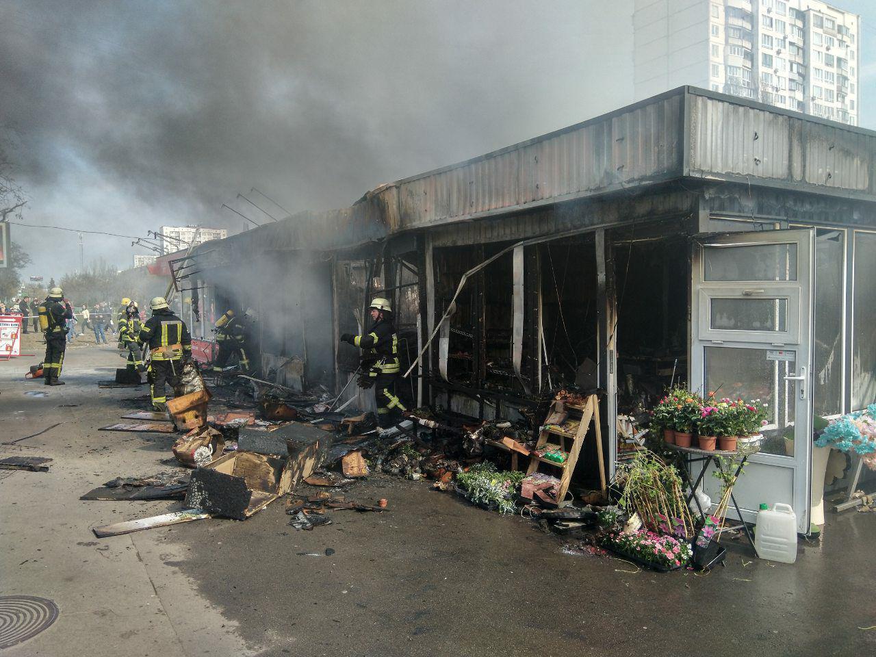 У Києві сталася масштабна пожежа на ринку: опубліковано фото та подробиці