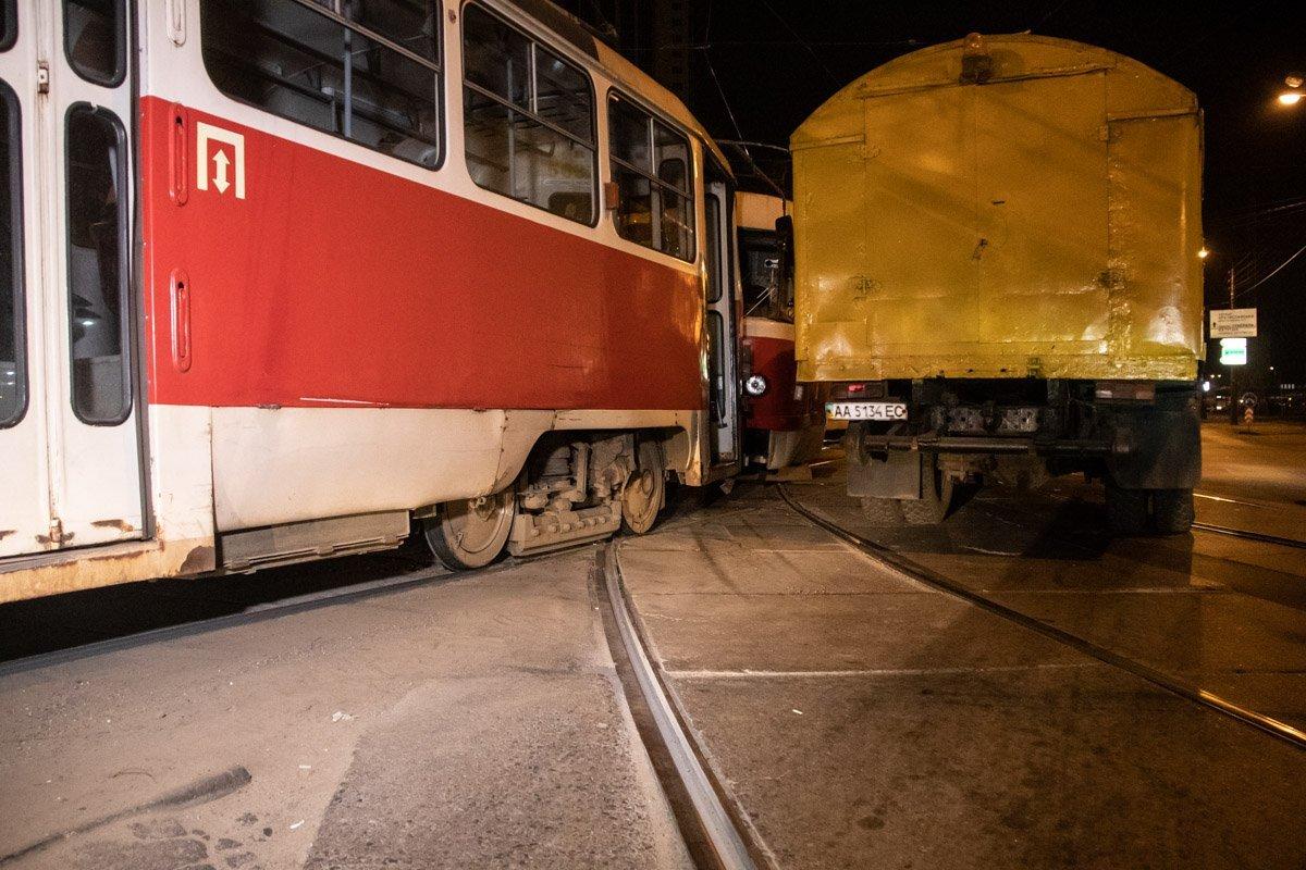У Києві сталася моторошна ДТП з трамваями: кадри з місця