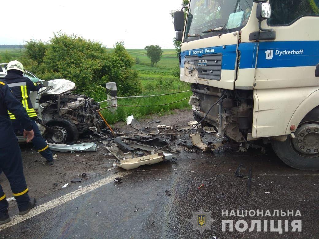 На Тернопольщине в страшном ДТП погибли три человека: фото с места аварии
