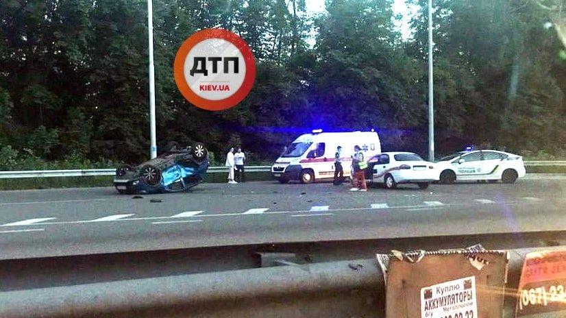 У Києві сталася серйозна ДТП, автівка перекинулась: фото з місця
