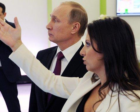 Врет и разжигает ненависть: на видео показали, кому Путин вручил награду