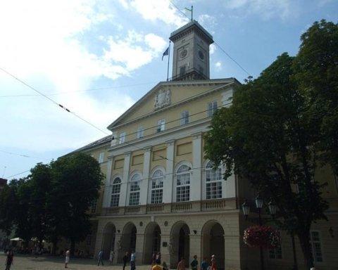 Неизвестные ворвались в городскую ратушу Львова и устроили драку: все попало на видео