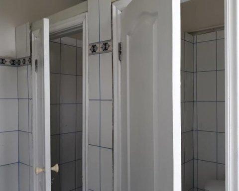 У російській школі замість дверей до туалету поставили охоронців