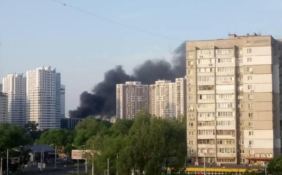 В Одесі спалахнула масштабна пожежа на колишньому військовому складі: очевидці показали фото та відео