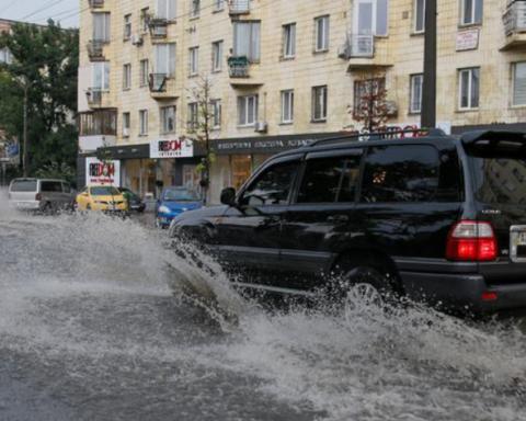 Сильные ливни затопили украинские города: жители поделились видео