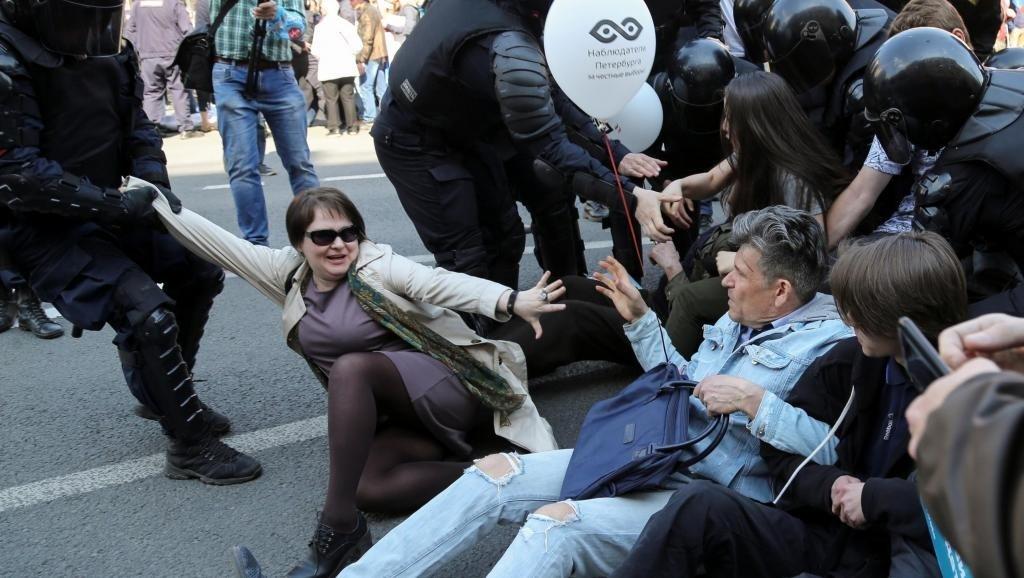 Побиття жінок та сотня затриманих: на фото показали, як у Росії пройшла акція проти Путіна