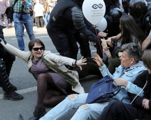 Избиение женщин и сотня задержанных: на фото показали, как в России прошла акция против Путина