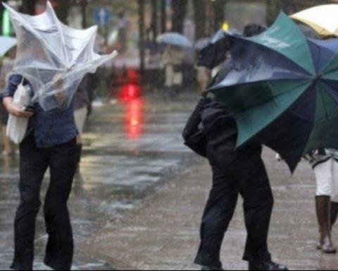 Дожди с грозами и шквальный ветер: синоптики сообщили, кому погода испортит выходные