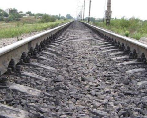 Под Тернополем во время движения поезда выпала девушка