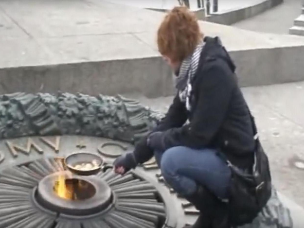 За приготовление яичницы на Вечном огне в Киеве девушке выплатят 4 тысячи евро