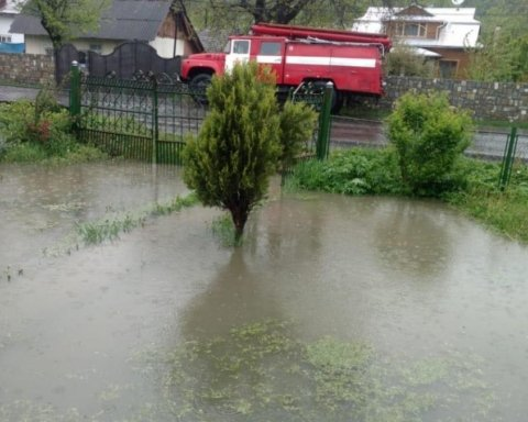 Последствия непогоды в Украине: появились фото сотен затопленных домов под Ивано-Франковском