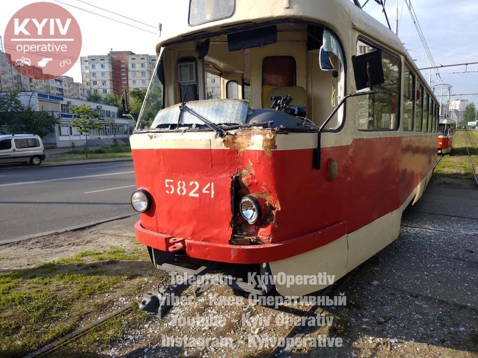 Вантажівка протаранила трамвай у Києві: подробиці та кадри з місця ДТП