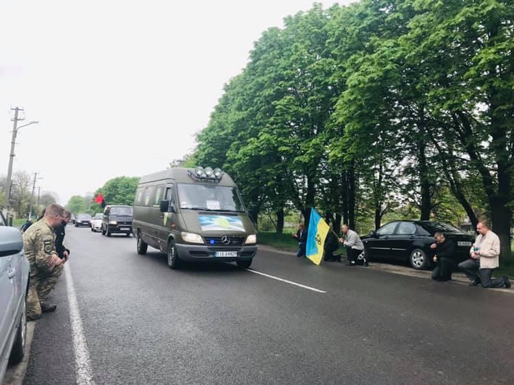Під Львовом на колінах попрощалися із загиблим на Донбасі бійцем ЗСУ: опубліковано фото