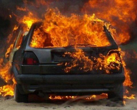 У Херсоні спалили елітне авто чиновника з безпеки на транспорті – фото