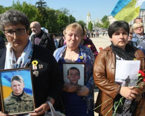 У Києві пройшла хода матерів загиблих на Донбасі бійців: фото, відео
