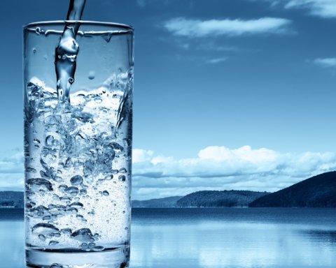 Чому потрібно пити воду: лікар попередив про смертельну небезпеку