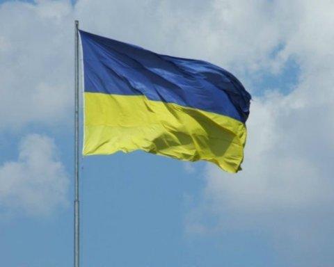В Киеве мужчина сорвал флаг Украины и жестко за это поплатился: момент попал на видео