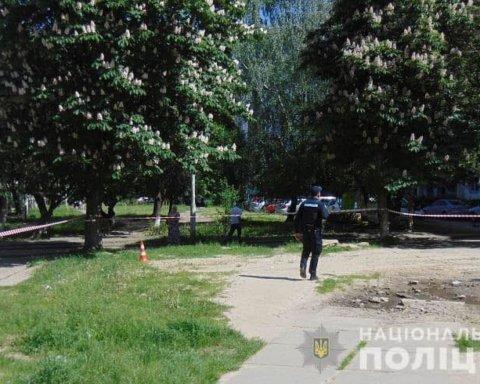 В Киеве группа хулиганов жестоко избила мужчину с ребенком: появились кадры с места ЧП