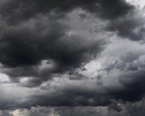 В США сильный ветер унес батут с детьми: опасный момент попал на видео