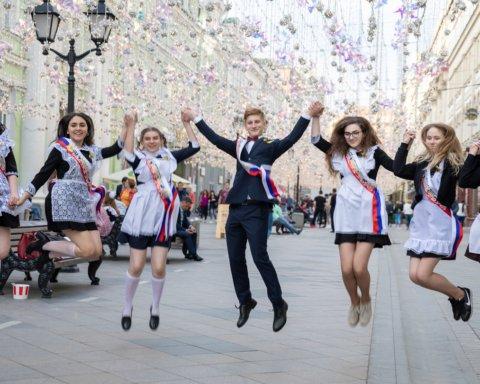 Как киевские школьники празднуют выпускной: появились яркие фото