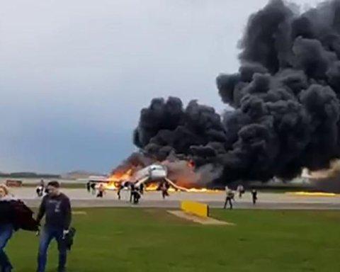 В России загорелся пассажирский самолет: жуткий момент попал на видео