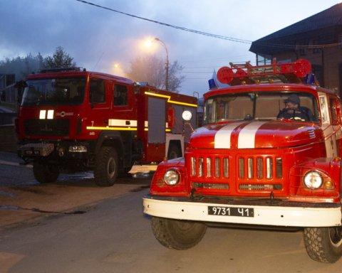 У Києві серед ночі спалахнув житловий будинок: подробиці та кадри из місця