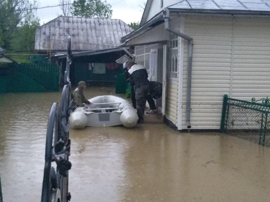 Сильна злива затопила Прикарпаття: з'явилися нові фото та відео наслідків негоди