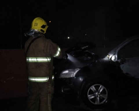 Подожгли авто и сбежали: в Киеве произошло опасное ЧП