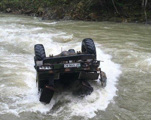 Автобус с туристами упал в реку на Прикарпатье: появились новые данные о пострадавших