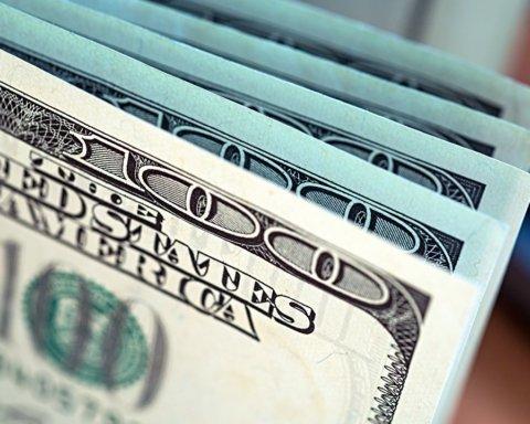 Гривна продолжает падение: доллар подорожал на 20 копеек