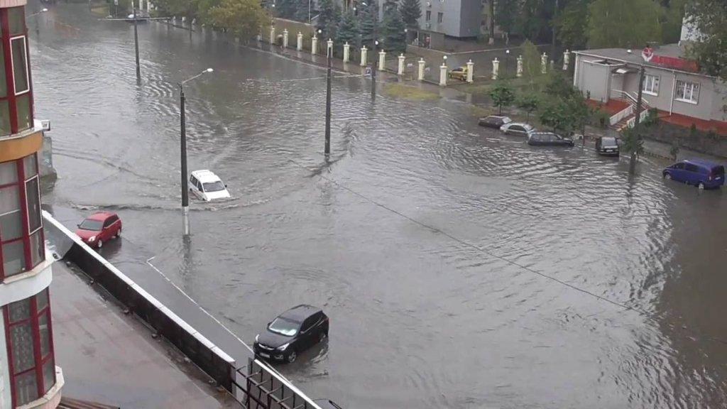Місто перетворилося на річку: з'явилося відео наслідків потопу на Донбасі