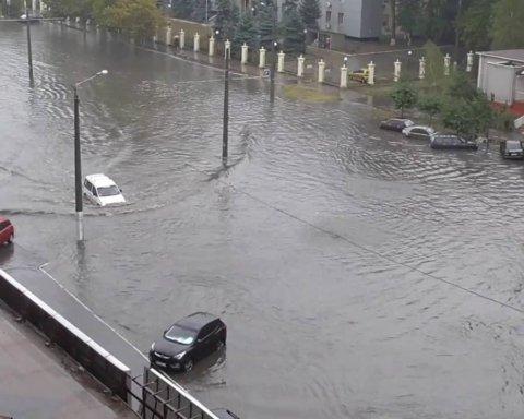 Город превратился в реку: появилось видео последствий потопа на Донбассе