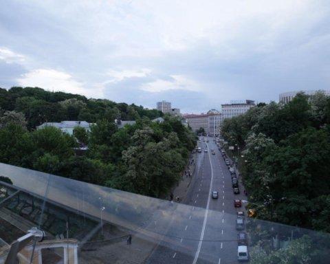 В Киеве повредили новый пешеходный мост: сеть возмутили фото