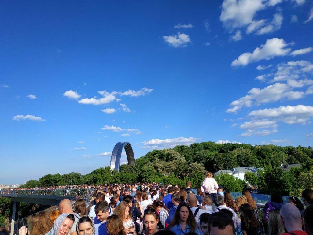 В Киеве начались новые проблемы с пешеходным мостом: сеть выразила возмущение
