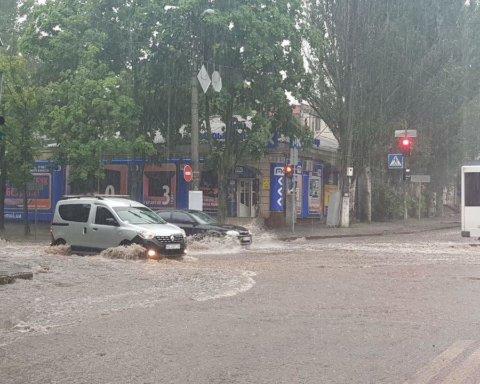 Мощный ливень затопил большой украинский город: сеть поразили кадры