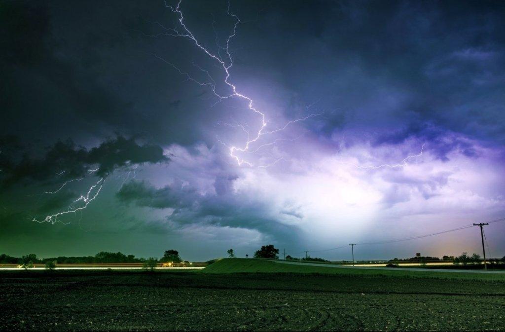 Грози, град та шквали повертаються: синоптики назвали регіони, де буде погана погода