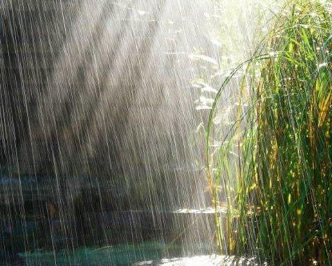 Сильні зливи, шквали та град: синоптик попередила про дуже погану погоду