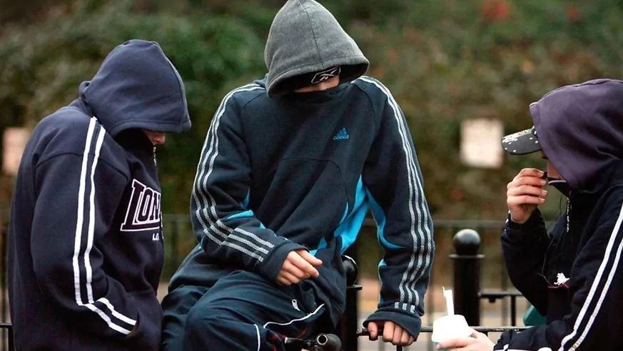 В Киеве появилась вооруженная группа подростков, которая нападает на детей: родители в панике