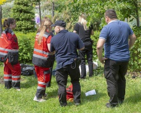 У центрі Києва раптово помер чоловік: з'явилися фото з місця НП